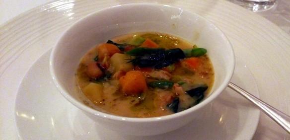 Zuppa etrusca di primavera con primizie dell'orto, legumi e farro della Garfagnana alle erbe aromatiche e fiori di finocchietto selvatico